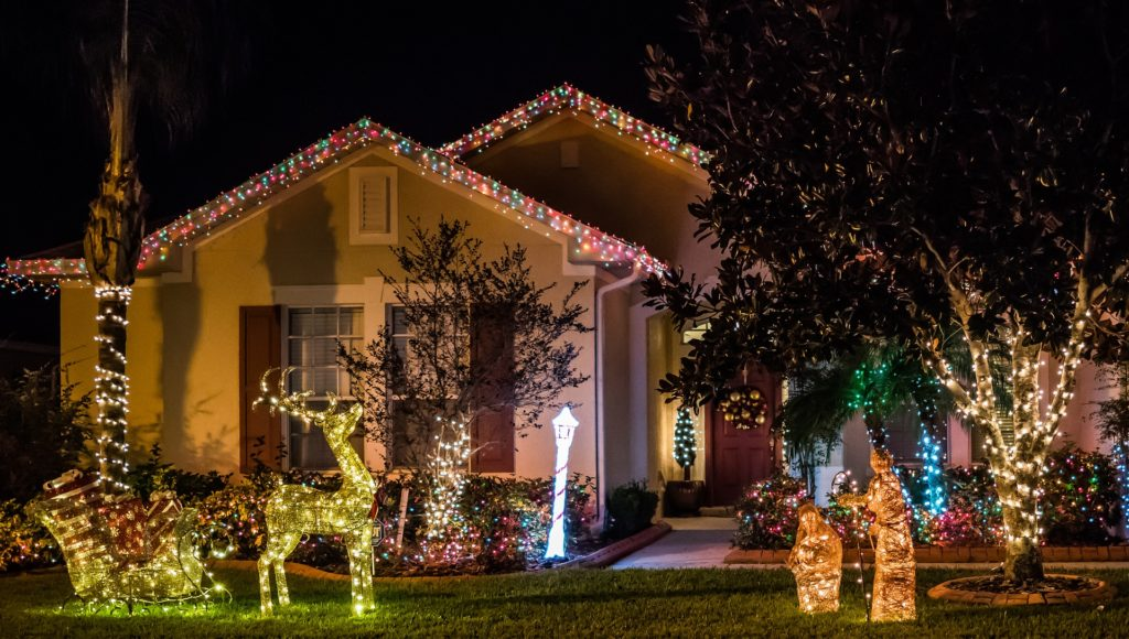 House whih is decorated with lots of christmas lights